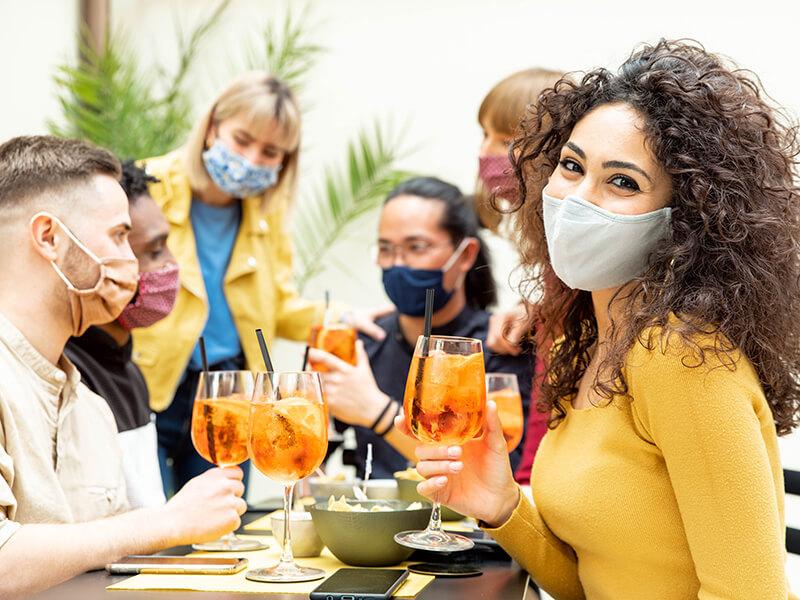 El Gobierno cierra todas las actividades a partir de las 00.30 h y limita las reuniones a de 10 personas para frenar la pandemia